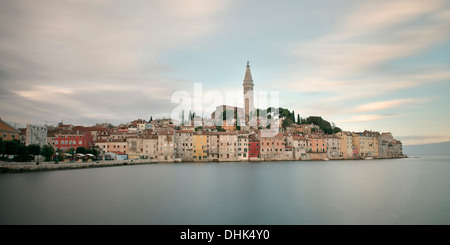 Blick auf die Altstadt von Rovinj mit Sveta Eufemija Kirche, Istrien, Kroatien, Adria, Langzeitbelichtung - Stockfoto