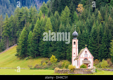 St. Johann (San Giovanni in italienischer Sprache) Kapelle in Val di Funes in den Dolomiten in Norditalien - Stockfoto
