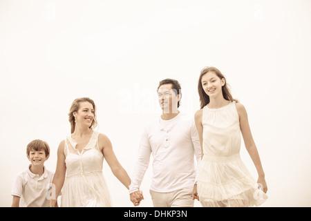 Glückliche gesunde Familie zu Fuß im freien kreativen Ernte - Stockfoto