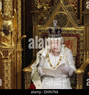 Königin Elizabeth II. hält ihre Rede im House Of Lords während der Parlamentseröffnung am 9. Mai 2012 in London, England. Königin Elizabeth II. enthüllt die Koalitionsregierung Gesetzgebungsprogramm in einer Rede vor Mitgliedern des Parliam