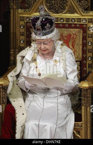 Königin Elizabeth II, hält ihre Rede im House Of Lords während der Parlamentseröffnung am 9. Mai 2012 in London, England. Königin Elizabeth II. enthüllt die Koalitionsregierung Gesetzgebungsprogramm in einer Rede vor Mitgliedern des Parla