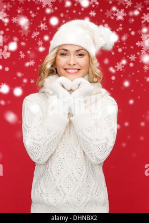 Frau in Mütze, Schal und Handschuhe - Stockfoto