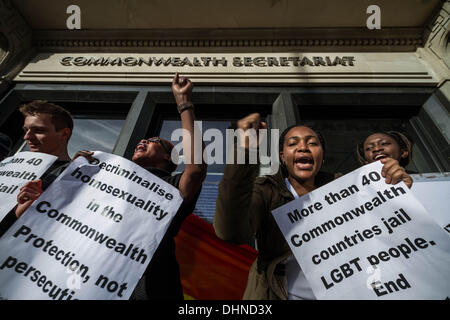 London, UK. 13. November 2013. LGBTI Gleichheit Protest und Rallye im Commonwealth HQ in London Credit: Guy Corbishley/Alamy - Stockfoto