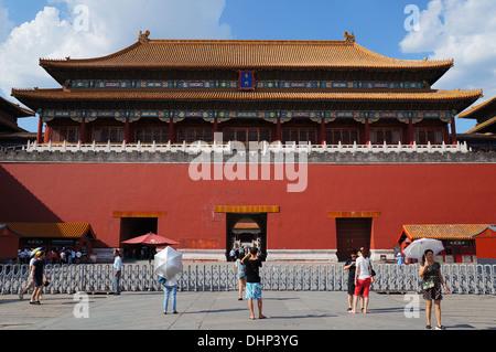 Touristen außerhalb der verbotenen Stadt, Peking, China - Stockfoto