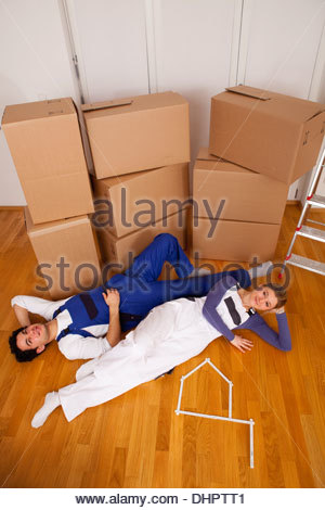 junges Paar neue Heimat Umzug in Boxen müde - Stockfoto