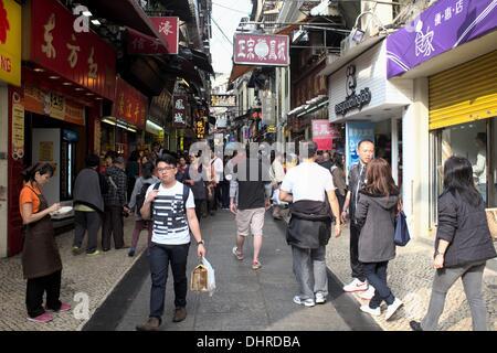 Touristen drängen sich die Straße hinauf zu den Ruinen von St. Paul an einem klaren Tag in Macau, China - Stockfoto