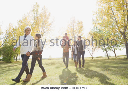 Mehr-Generationen-Familie Wandern im park - Stockfoto