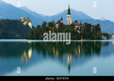 Bleder Insel und Burg von Bled in der Abenddämmerung, Bled, Slowenien - Stockfoto