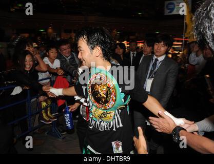 Tokio, Japan. 10. November 2013. Shinsuke Yamanaka (JPN) Boxen: Shinsuke Yamanaka aus Japan schüttelt Hände mit - Stockfoto