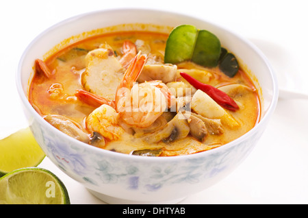 Tom Yum Thale Suppe in eine Schüssel geben - Stockfoto