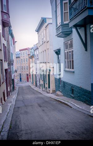 Gedämpften Farben der alten Gebäude der Stadt auf einer steilen Straße in Old Quebec City. - Stockfoto