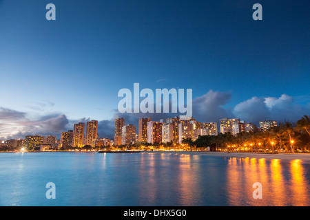 USA, Hawaii, Oahu, Honolulu, Waikiki Beach und Skyline von Honolulu - Stockfoto
