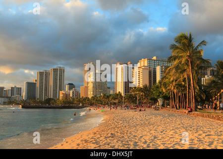 USA, Hawaii, Oahu, Honolulu, Waikiki Beach und Skyline - Stockfoto