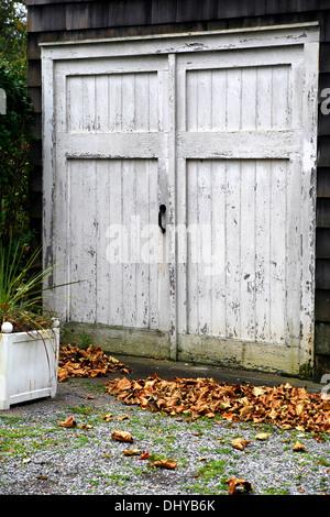 wetter geschlagen alte garagentore schlampig gemalt um die fensterscheiben stockfoto bild. Black Bedroom Furniture Sets. Home Design Ideas