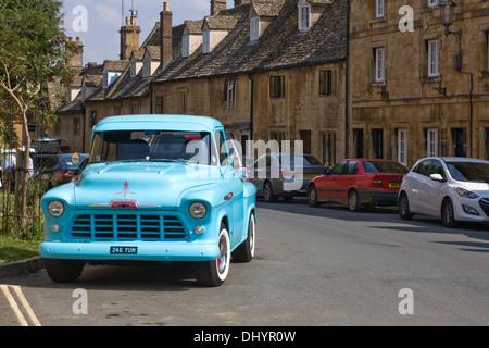 Chevrolet 3100 geparkt in Chipping Campden High Street, Cotswolds, UK. - Stockfoto