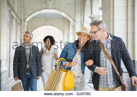 Paare verbringen Zeit zusammen einkaufen - Stockfoto
