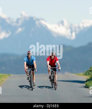Zwei kaukasischen Männer Radfahren auf Straße Fahrräder; Vancouver Island, British Columbia, Kanada - Stockfoto