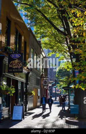 North Tryon Street in der Innenstadt von Charlotte, North Carolina, USA - Stockfoto