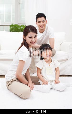 Junge Familie im Sofa sitzen - Stockfoto