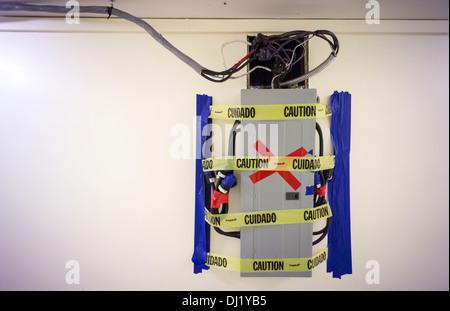 Eine temporäre Stromverteilung Panel mit dessen Verkabelung ist in einem Mehrfamilienhaus Flur in New York gesehen. - Stockfoto