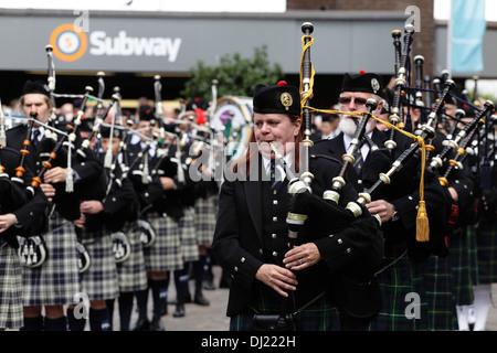 Pipe Major Bethany Bisaillion führt Söhne von Schottland Pipe Band aus Ottawa, Kanada, am St. Enoch Square, Glasgow, - Stockfoto