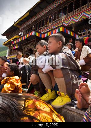 Bhutan, Thimpu Dzong, jährliche Tsechu Festivalpublikum vor Kloster - Stockfoto