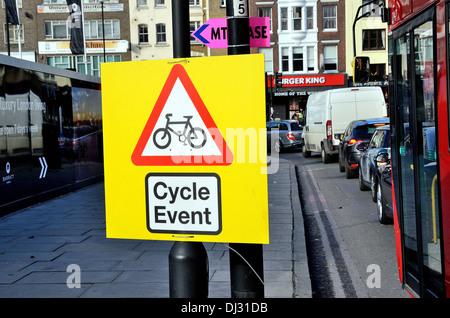 Straße Zeichen zu informieren, von einem Zyklus-Event in London - Stockfoto