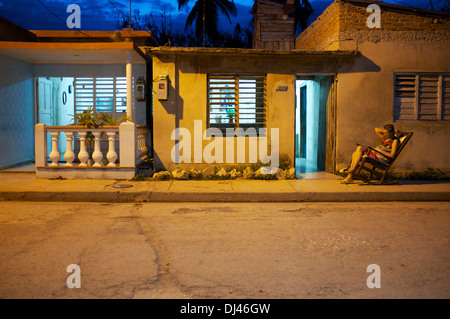 Straßenszene in der Nacht, Gibara, Kuba - Stockfoto