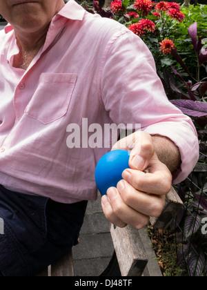 Mann, beugen Stress-Ball, USA - Stockfoto