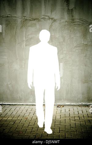 Ausschnitt einer Geschäftsmann Silhouette in einer notleidenden grauen Wand
