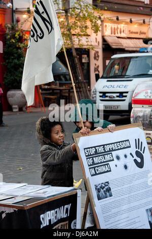 London, UK. 22.11.13. Ein Kind hält ein Plakat als Muslimen und Islamisten Protest in China Town. Die Demonstranten - Stockfoto