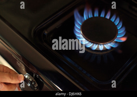 Das Gas auf ein Top Gasherd Herd einschalten. - Stockfoto