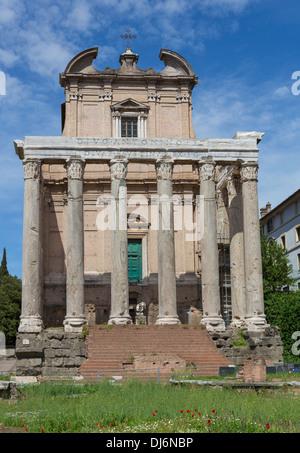 Aufbau der Ruinen auf dem Forum in Rom an einem sonnigen Tag. - Stockfoto