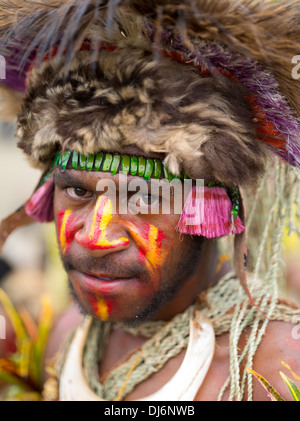 Mann aus der Kesosaro Singsing Group, Unggai Bena District, Eastern Highlands Provinz - Goroka Show-Papua-Neu-Guinea - Stockfoto