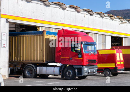 Transporter- und LKW vor eine mechanische Werkstatt - Stockfoto