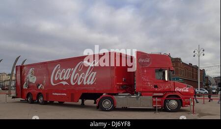 BLACKPOOL, VEREINIGTES KÖNIGREICH. 23. November 2013. Coca-Cola Weihnachtstruck kommt bei Blackpool auf seine erste - Stockfoto