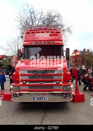 Preston, UK. 24. November 2013. Coca-Cola Weihnachtstruck kommt bei Preston auf seiner Monat lange tour rund um - Stockfoto