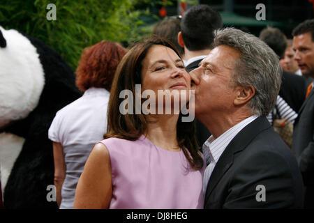 """Dustin Hoffman und seine Frau Lisa bei der Filmpremiere von """"Kung Fu Panda"""" in Berlin am 23. Juni 2008. - Stockfoto"""