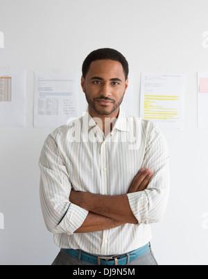Schwarze Geschäftsmann im Büro stehen - Stockfoto