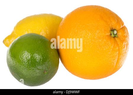 Frische reife Saftige Zitrusfrüchte einschließlich einer Orange, Zitrone und Limette gegen einen weißen Hintergrund - Stockfoto