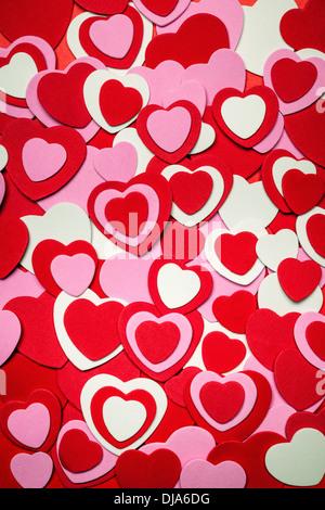Herzen Hintergrund zum Valentinstag gemacht mit rosa und roten Herzen