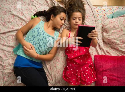 Kleine Schwester Wird Im Bett Gepoppt