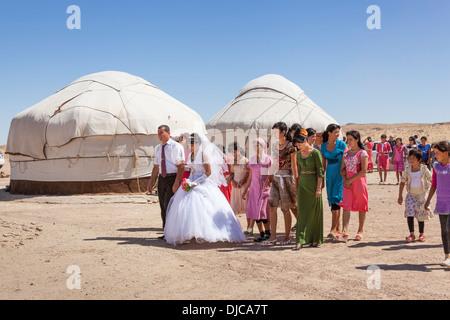 Hochzeitsgesellschaft vor Jurten, Ayaz Kala Yurt Camp, Ayaz Kala, Choresm, Usbekistan - Stockfoto