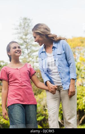Fröhliche Mutter mit einem Spaziergang mit ihrer Tochter - Stockfoto