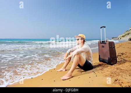 Verlorenen Touristen am Strand Peroulades auf Korfu mit seinem Gepäck - Stockfoto