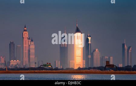 Skyline von Dubai aus Business Bay schoss kurz vor der Morgendämmerung - Stockfoto