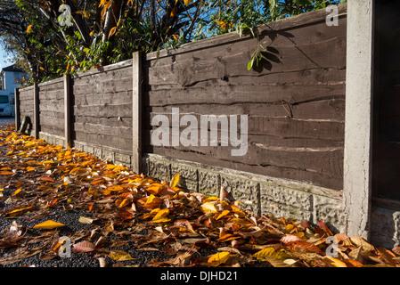 Garten holzzaun mit betonpf hle stockfoto bild 134724423 - Holzzaun garten ...