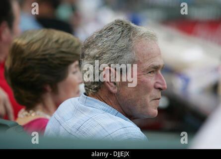 11. August 2010 - Arlington, Texas, USA - 11. August 2010. Der ehemalige US-Präsident GEORGE W. BUSH schaut zu, - Stockfoto