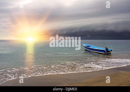 Tropischer Sonnenuntergang am Strand mit Gewitterwolken kommen, Karibik, Costa Rica - Stockfoto