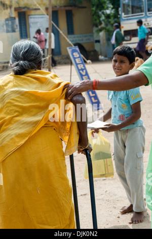 Indische Hausfrau Entblößt Sich Vor Der Kamera